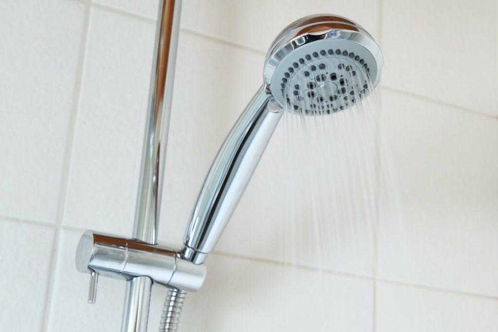 Mit einem wasserdichten Notfallarmband kann sogar geduscht werden
